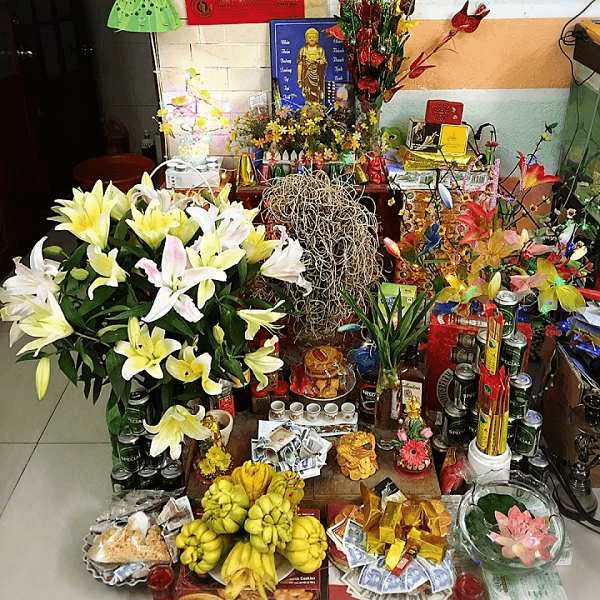 Cách cắm hoa cúng mẫu với lọ hoa ly được cắm theo lối xếp tầng trên bàn thờ Thần Tài